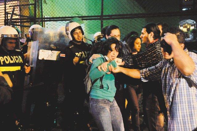 08/11/2012 la polic'a de UIP despeja la avenida segunda de los manifestantes que ten'an mas de 10 horas de bloquear/Alonso Tenorio