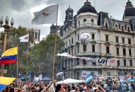 Banderas colombianas en la Plaza de Mayo acompañan la conmemoración de este día que siente como suyo.